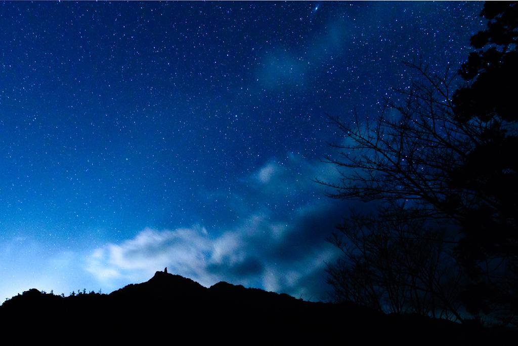天柱石と夜空